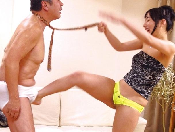 ドエス美少女が変態オヤジに容赦ない金蹴りや素足コキの脚フェチDVD画像4