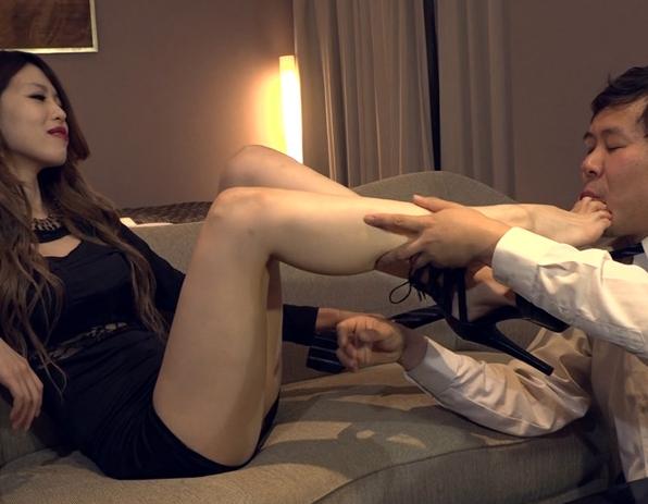 爪先の足指や足の甲が綺麗な美足女王様の足コキ責めの脚フェチDVD画像1