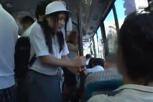 狙われたバス通学の女子校生がスカートまくられ執拗に狙われる