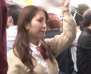 満員バスの中で強制手マンされるギャル制服JK