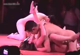 【無修正隠撮動画】違法ストリップ劇場を隠し撮り…一般の男性客と壇上でセックスする踊り子w