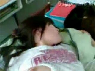 【個人撮影・素人】 ガチで学校で強引なハメ撮りしてるリベンジポルノ・・!? 必死で顔を隠す女子大生・・