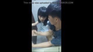 【無修正/個人撮影】 台湾発!! 現役〇校生カップルがトイレ内で立ちバックハメ撮りした映像がネットに流出