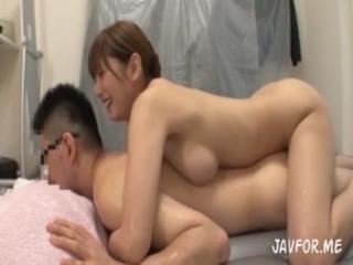 麻美ゆま 人気AV女優のゆまちゃんが素人男性宅にエアーマットを持ち込み極上のマットプレイで自宅ソープ♪