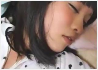 【素人/個人撮影】 女子校生の妹の友達が家に遊びに来たので、薬で眠らせてハメ撮りレ〇プ