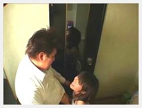 【素人 盗撮】おデブな客のチンコをトイレでせっせと咥えるキャバ嬢の時間外営業