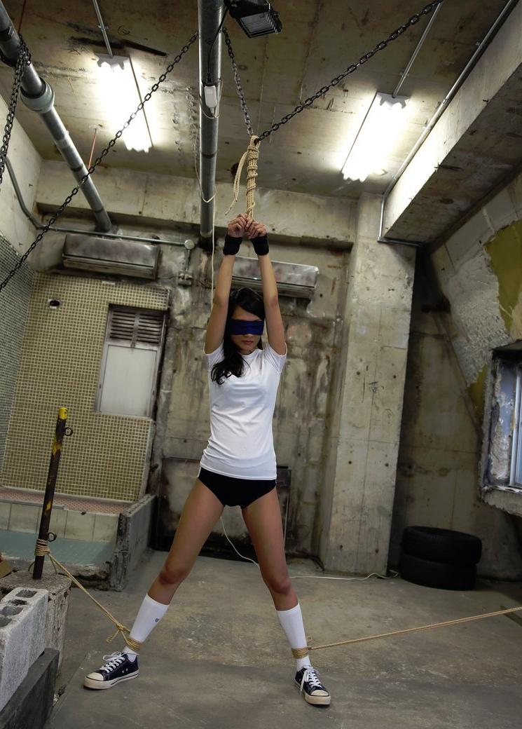 吊り足緊縛画像 無防備なブルマだからこそ、閉じれない足は羞恥を煽る。