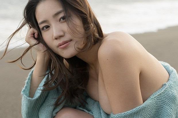 (白石あさえGカップ胸元写真)過激な美巨乳お乳ヌけるんゴ☆