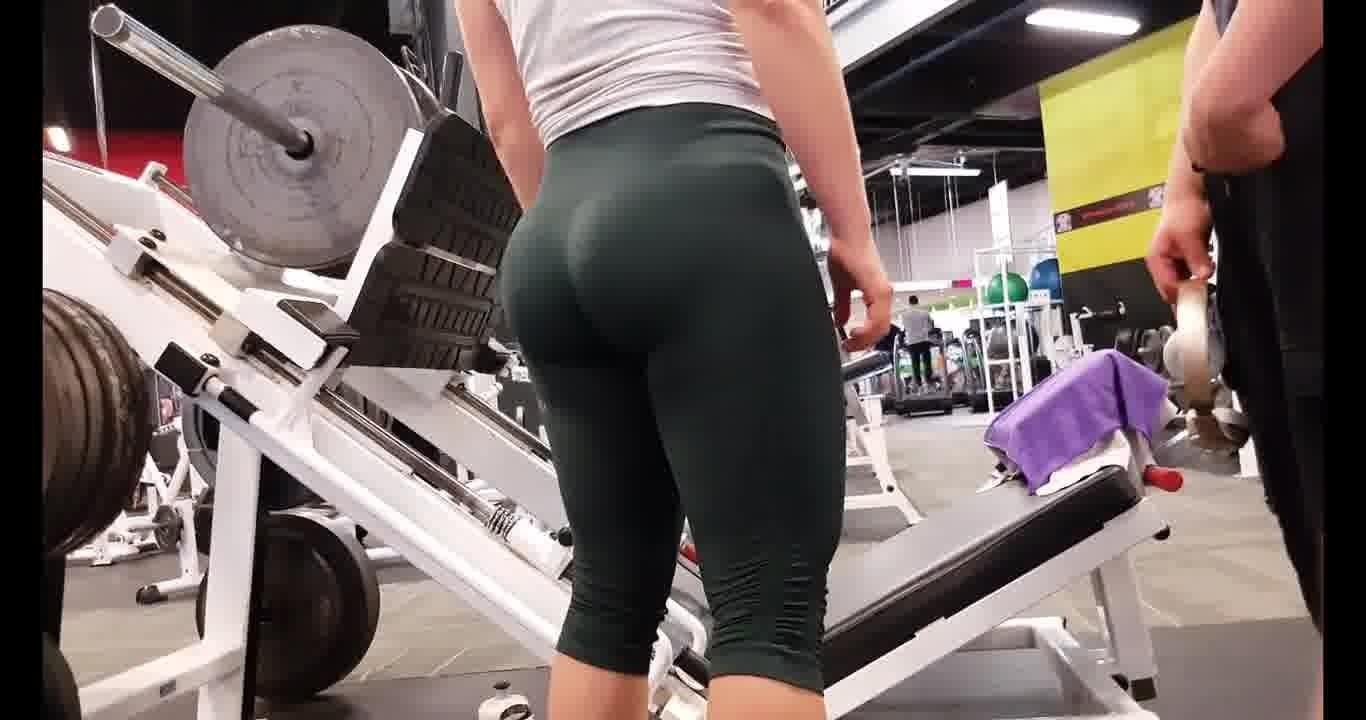 【コスプレ・制服】ムチムチのCAのH動画。ムッチリ下半身にぴっちりレギンスのムチムチ娘がスポーツジムでスクワット!Candid omg hot pawg in green leggings!