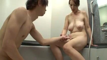 熟れたカラダの巨乳熟女とお風呂で中出しファック!