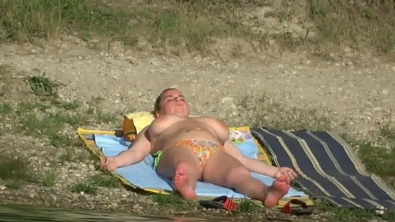 (むちむち・むっちり)デブのシロウト女性のムービー。ロケット乳女が外でお乳を丸出しにして日向ぼっこ☆