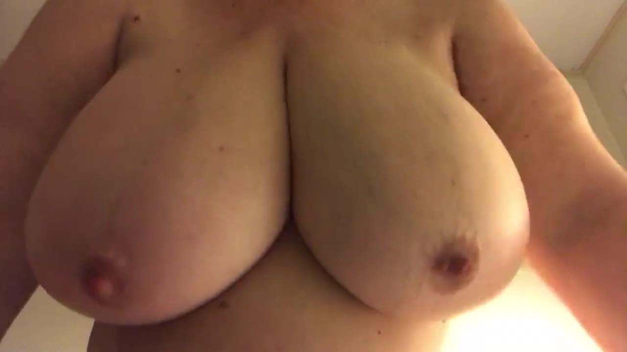 でっぷりとした大きい乳房にアンバランスな小っちゃい乳首!JJplop