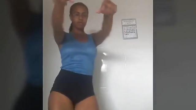 真面目そうな顔してエロいカラダ!ムチムチ素人黒人娘が謎のダンス!