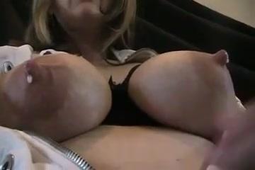 ミルキー巨乳!母乳がぽたぽた垂れる圧巻の乳を見上げた動画!