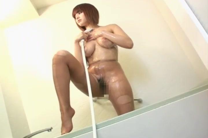 パンスト姿でシャワーを浴びる巨乳お姉さん!【パンストフェチ】