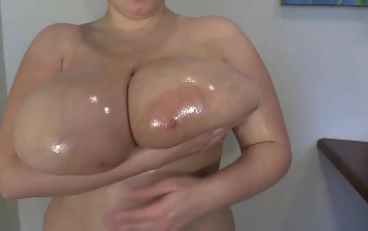 オイルまみれの天然爆乳!肉厚の乳房にピンクの巨大乳輪がエロすぎる!Hugetitsoil