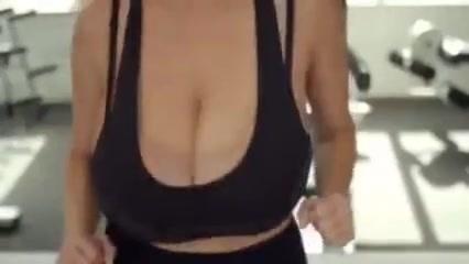 重そうな乳房が揺れる!タンクトップで走る爆乳お姉さんをご覧ください!lookatthoseboobsbounce