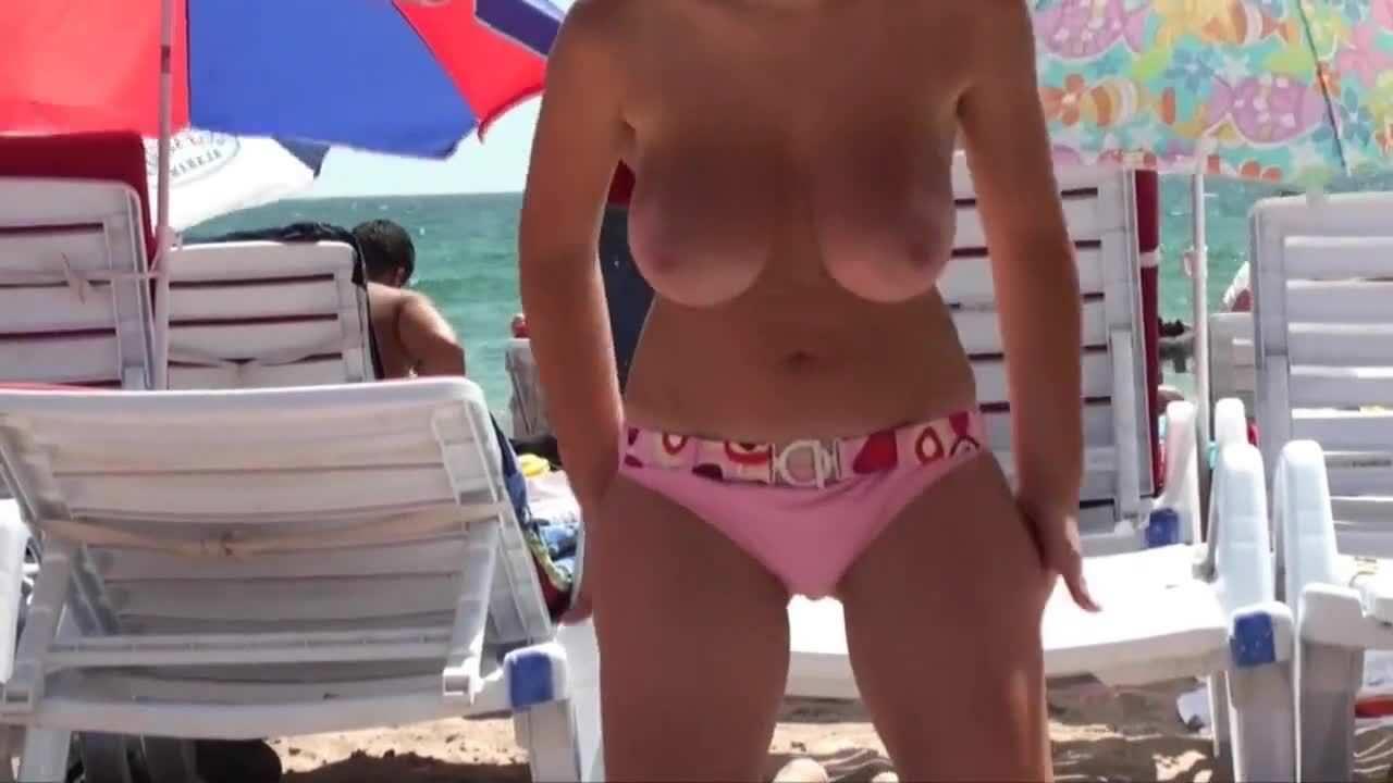 これが文化の違いか!カワイイ美巨乳娘がビーチでオッパイ丸出し!