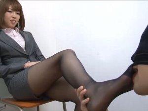 ミニスカスーツOLの黒パンスト足を舐めまわして足コキしてもらう