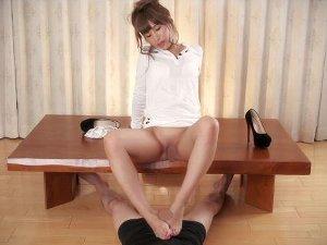 【無修正】お〇んこ見せつけながら足コキしてくれるお姉さん