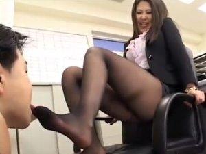 足舐めロボットに洗ってない蒸れたつま先を舐めさせる女社長 菊川麻里