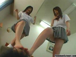 女子校生2人が蒸れた生足で男の顔を踏みつけ電気あんま責め