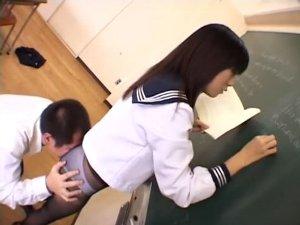 黒板に向かう女子校生の黒パンスト尻に顔を埋めチンコを擦り付ける教師