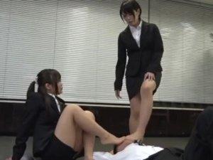 足の匂いを指摘した面接官に切れた就活女子大生が足臭責め