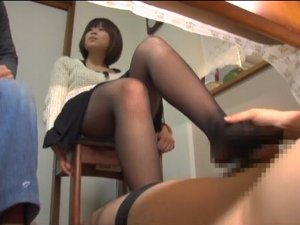 浮気を疑う旦那の横でテーブルの下で足コキする黒パンスト奥様