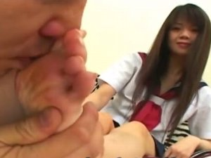 女子校生のルーズソックスの足裏の匂いを嗅ぐ足フェチ男