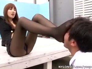 タバコを吸っていた生徒にムレムレ黒パンスト足でお仕置きするドS女教師 三浦加奈