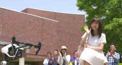 ミニヘリが紗英のスカートを揺らす