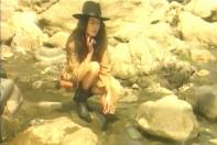 川の水で顔を拭くレイ