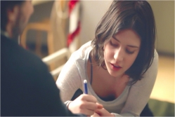 何かを描いているアンナ