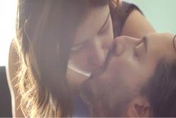 ジャンにキスするアンナ