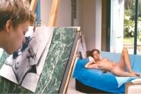 全裸で絵のモデルになっているアデル