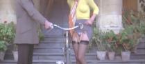 スカートをたくしあげる友達の姉