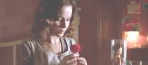 バラを一輪、持っているアンジェラ