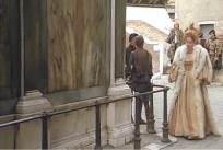 侍女を離して一人で歩くヴァレリア