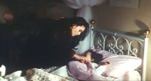 幼い娘を寝かしつけたフランチェスカ