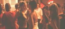ドレスを着ているのに裸のように見えるアレックス