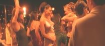 その頃、アレックスはエロいドレスを着て踊っていた