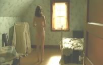 全裸で立っているアン