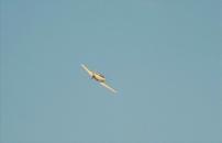 上空を飛んでいる飛行機.