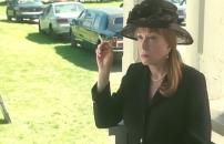 外でタバコを吸いながら聞いている老婆エセル・アン