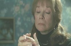亡きテディの遺した指輪をはめる年老いたアン