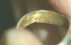 指輪に刻まれたテディの文字