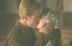 花嫁にキスをするテディ