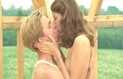 愛を確かめるようにキスする二人