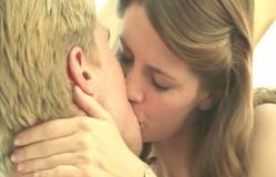 テディにキスをするアン